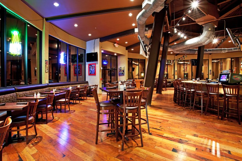 Round House Bar & Grill at the Holiday Inn