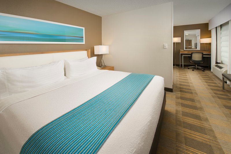 King Bed Junior Suite w/living area, WiFi and Hot Breakfast