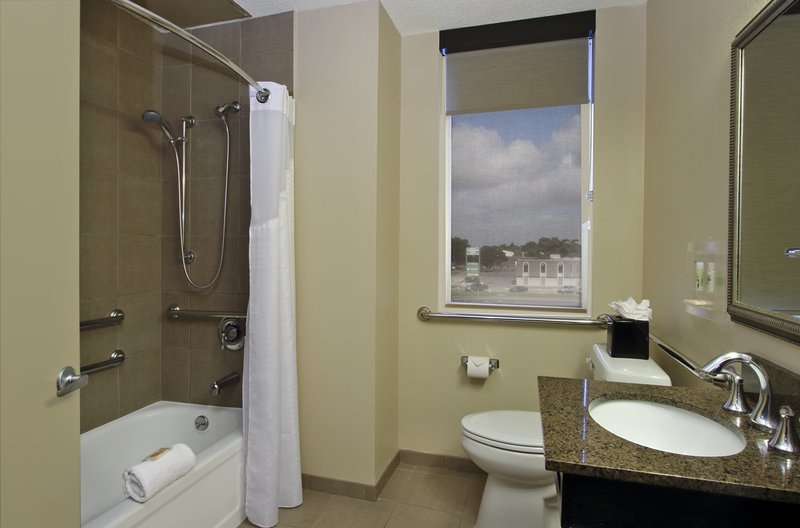 Guest Bathroom minutes away from msy international airport