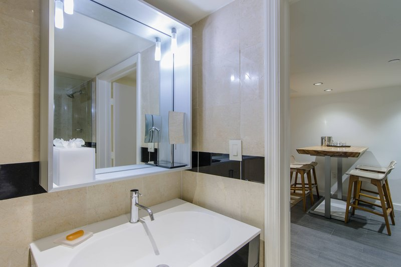 Queen/Queen Studio - Bathroom