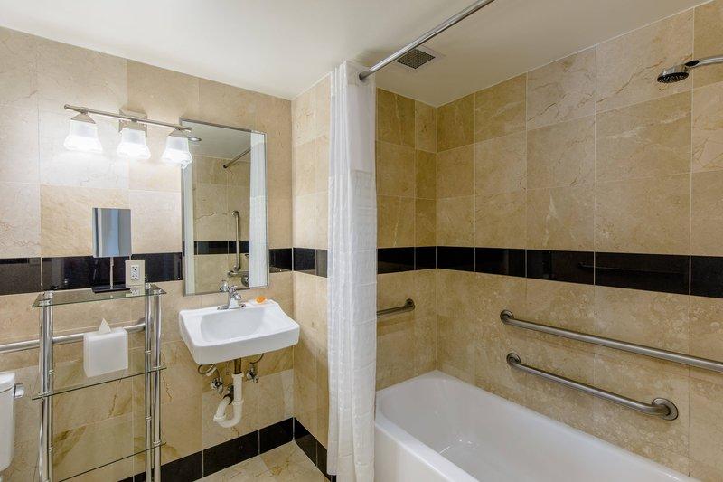 Queen Studio - Bathroom