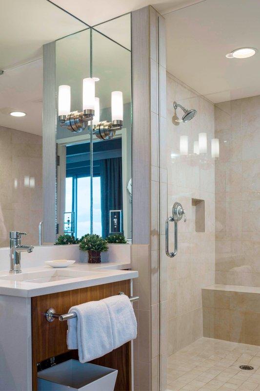 Whirlpool One-Bedroom Suite - Bathroom