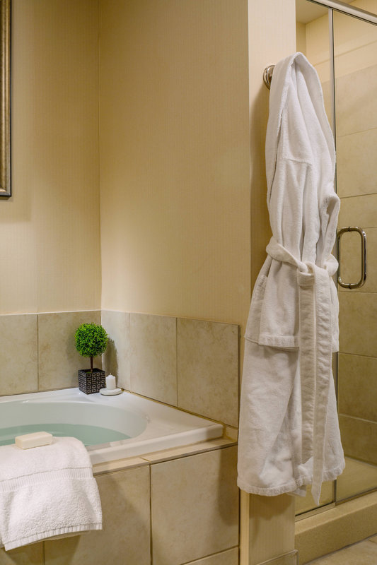 King Suite - Whirlpool and Shower