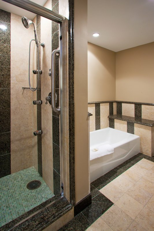 Crowne Downtown Orlando- Presidential Suite Guest Bathroom